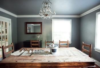 При окрашивании потолка в тон стен, разделение поверхностей можно выполнить при помощи белого молдинга из полиуретана