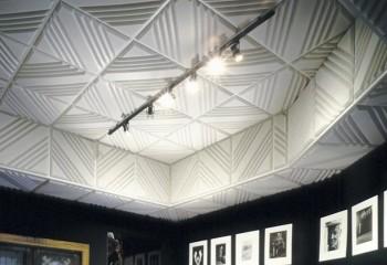 Пластиковая плитка с диагональной перфорацией в отделке потолочной ниши клеевым способом