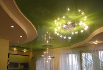 Многоуровневая конструкция гипсокартонного потолка в сочетании с натяжным глянцевым полотном
