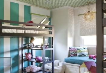 Мелкий потолочный узор отлично сочетается с широкими полосами на стене