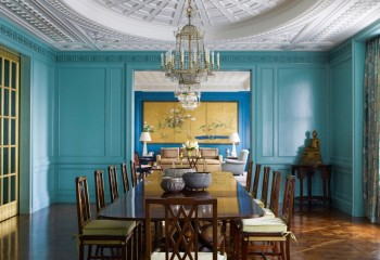 Акцент сделан на рельеф гипсового потолка, а красивые фактурные плинтуса окрашены в цвет стен