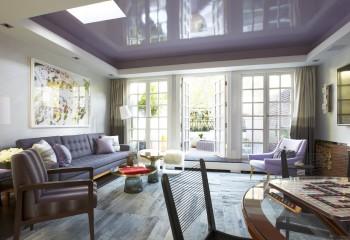 Цветные глянцевые натяжные потолки: лавандовый оттенок идеально подходит для гостиной