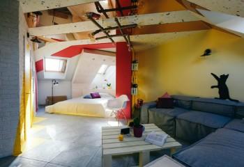 Зеркальные вставки на потолке неправильной формы подчеркнут оригинальную планировку пространства