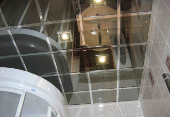 Перед тем как сделать кассетный зеркальный потолок, нужно продумать освещение