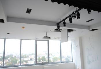 Под акустическим полотном можно расположить все дополнительные устройства