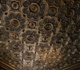 Декоративная плитка для потолка: виды и особенности ее монтажа
