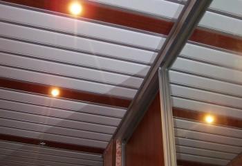 Белые эмалированные планки чередуют с контрастными по цвету панелями и декоративными вставками