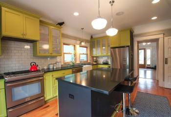 Окрашенный потолок в кухне