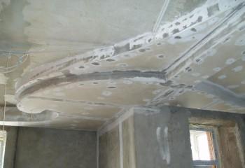 Изменение конфигурации чернового бетонного потолка с помощью гипсокартона