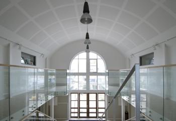 Потолок торгового центра, облицованный перфорированными плитами