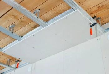 Черновая потолочная обшивка, поверх которой на подвесах монтируется гипсокартон