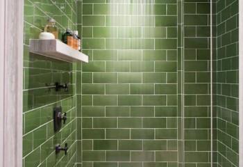 Плитка имитирует кирпичную кладку и, несмотря на однотонность, ванная смотрится великолепно