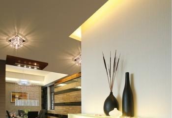 Благодаря большой высоте мансардного потолка, есть возможность подвесную конструкцию смонтировать с большим отступом, и расположить в ней достаточно мощное скрытое освещение