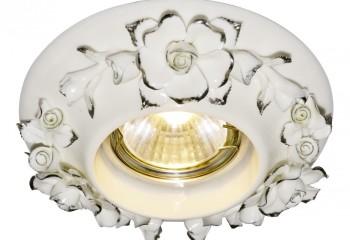 Фарфоровая накладка позволит незаметно внедрить такой светильник с классические стили, типа барокко