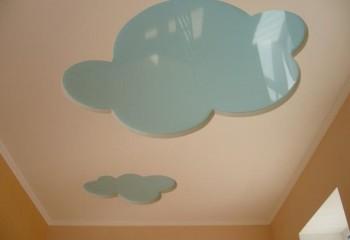 Вариант применения глянцевой плёнки при оформлении потолка детской