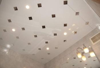 Белый алюминиевый потолок для ванной с зеркальными вставками