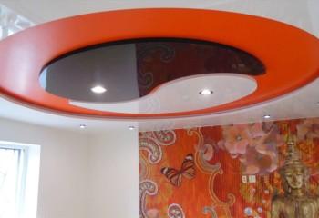 Композиция на потолке выполнена в стиле и цвете интерьера