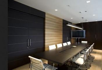 Лаконичный потолок в переговорной