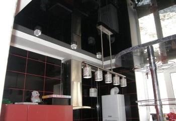 Светильник на длинной штанге в дизайне чёрного потолка