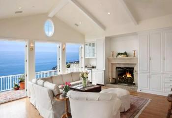 Домик с высоким скатным потолком и видом на море