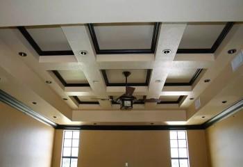 Плинтуса из МДФ в дизайне кессонного потолка