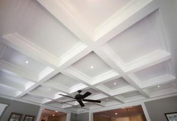 Белоснежный подвесной потолок