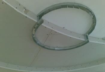 Криволинейный переход между уровнями потолка: направляющая под стойки изготовлена из ПНП, надрезанного с небольшим шагом