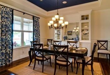При правильном дизайне и тёмно-синий потолок будет к месту