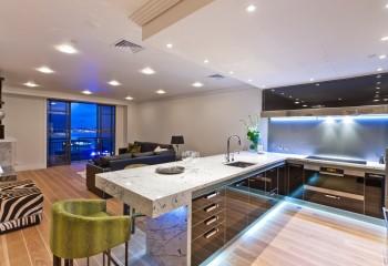 Большая квартира-студия с двухуровневым потолком