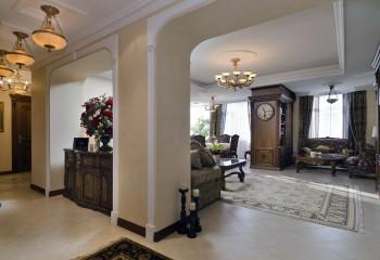 Полиуретановый плинтус использован для оформления потолочной ниши в гостиной, и кессонов в коридоре, а деревянный карниз – в местах примыкания к потолку корпусной мебели