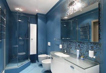 Дизайн потолка ванной комнаты с молочно-белой глянцевой плёнкой