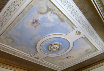 Изящные золотистые узоры на подвесном потолке