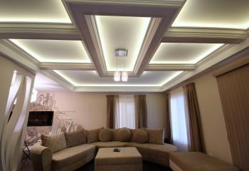 Декоративная подсветка выделяет конструктивные элементы потолка