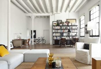 Белые балки визуально еще больше поднимают потолок