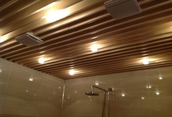 Открытый реечный подвесной потолок в ванной