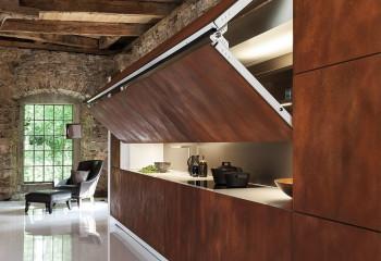 Грубоватая внешне древесина органично сочетается с каменной кладкой