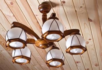 Люстра с деревянными элементами