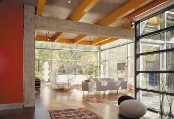 Комбинация деревянных и бетонных балок в индустриальном интерьере