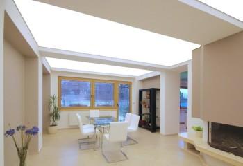 В стеклянных, акриловых и натяжных потолках осветительные приборы могут монтироваться за декоративной поверхностью