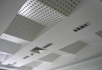 Акустическая потолочная конструкция со ступенчатой поверхностью