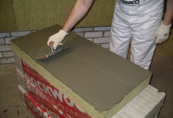 Нанесение монтажного клея на поверхность звукоизоляционных плит