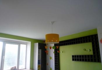 В невысокой комнате тканевый одноуровневый потолок белого цвета станет отличным решением