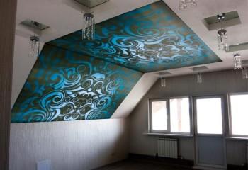 Натяжное полотно на потолке мансарды отвлекает внимание от некрасивых пластиковых окон