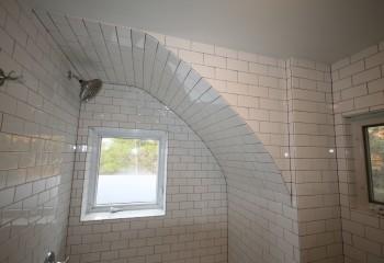 Плиткой в данном случае облицованы часть потолка и полуарочное закругление