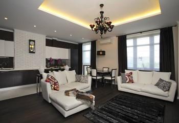 В залах часто делают многоуровневые потолки – отдельная их подсветка всегда смотрится красиво
