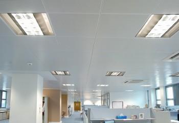 Кассетный металлический потолок в офисном помещении