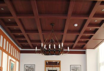 Потолок из деревянных панелей с расшивкой брусом