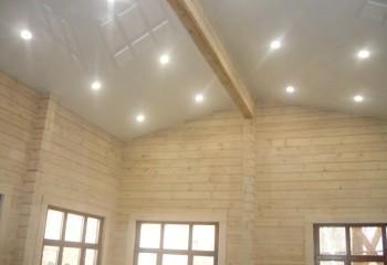 Потно натянуто под утепленной кровлей, что позволило значительно увеличить высоту потолка