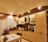 Натяжные потолки на кухне создают уютный интерьер