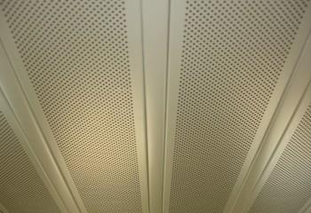 Перфорированный реечный потолок на кухне
